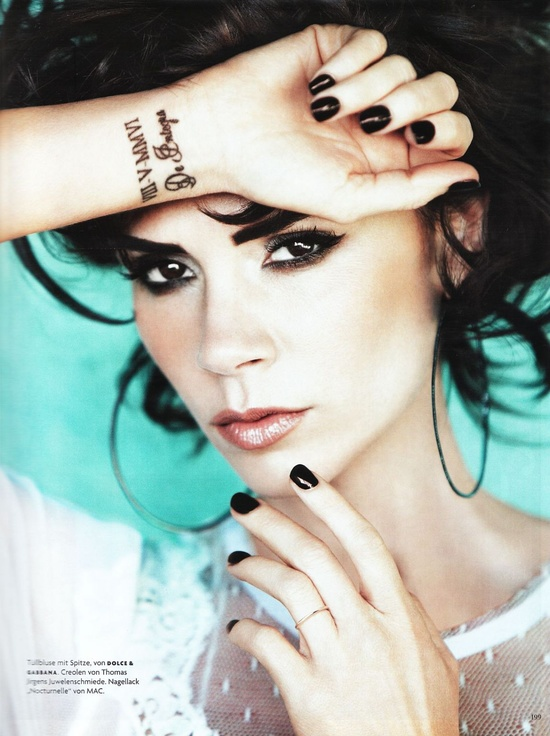 victoria-beckham-black-nails