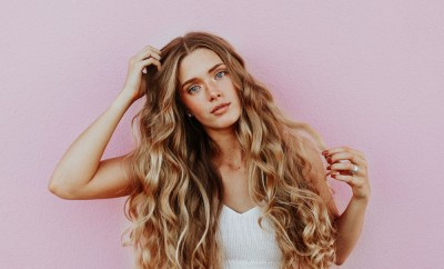 curly-hair-pink-background