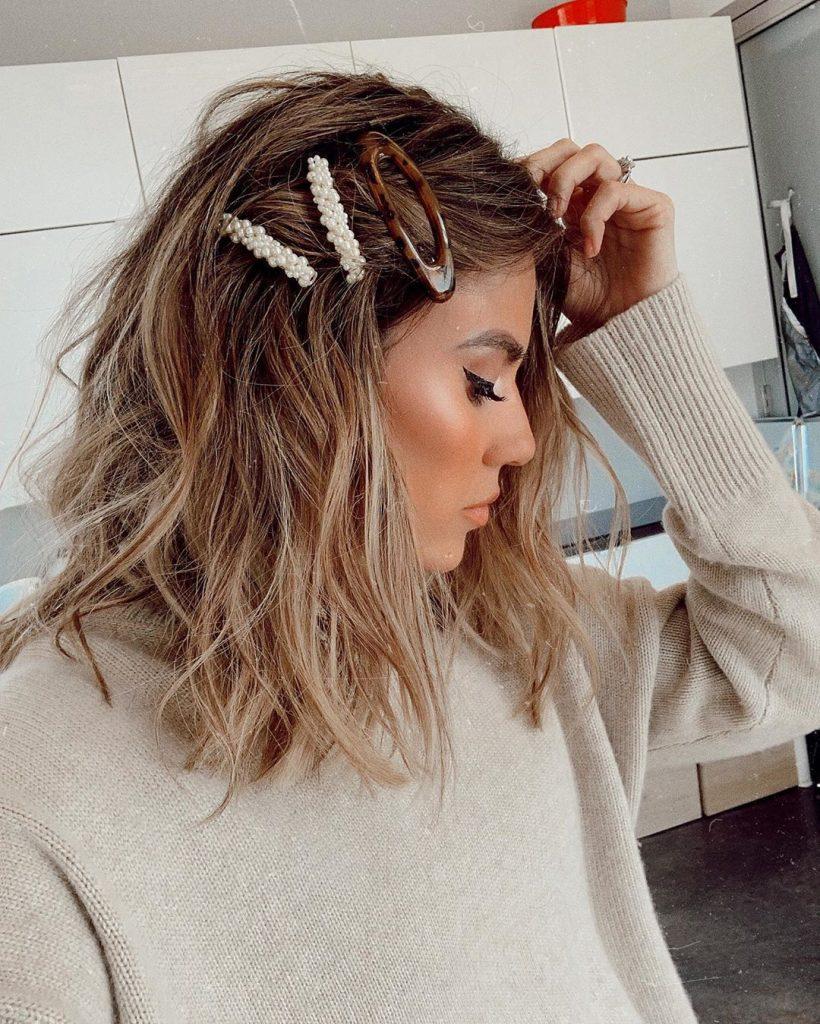 90s-pearl-hair-clip-trend-820x1024