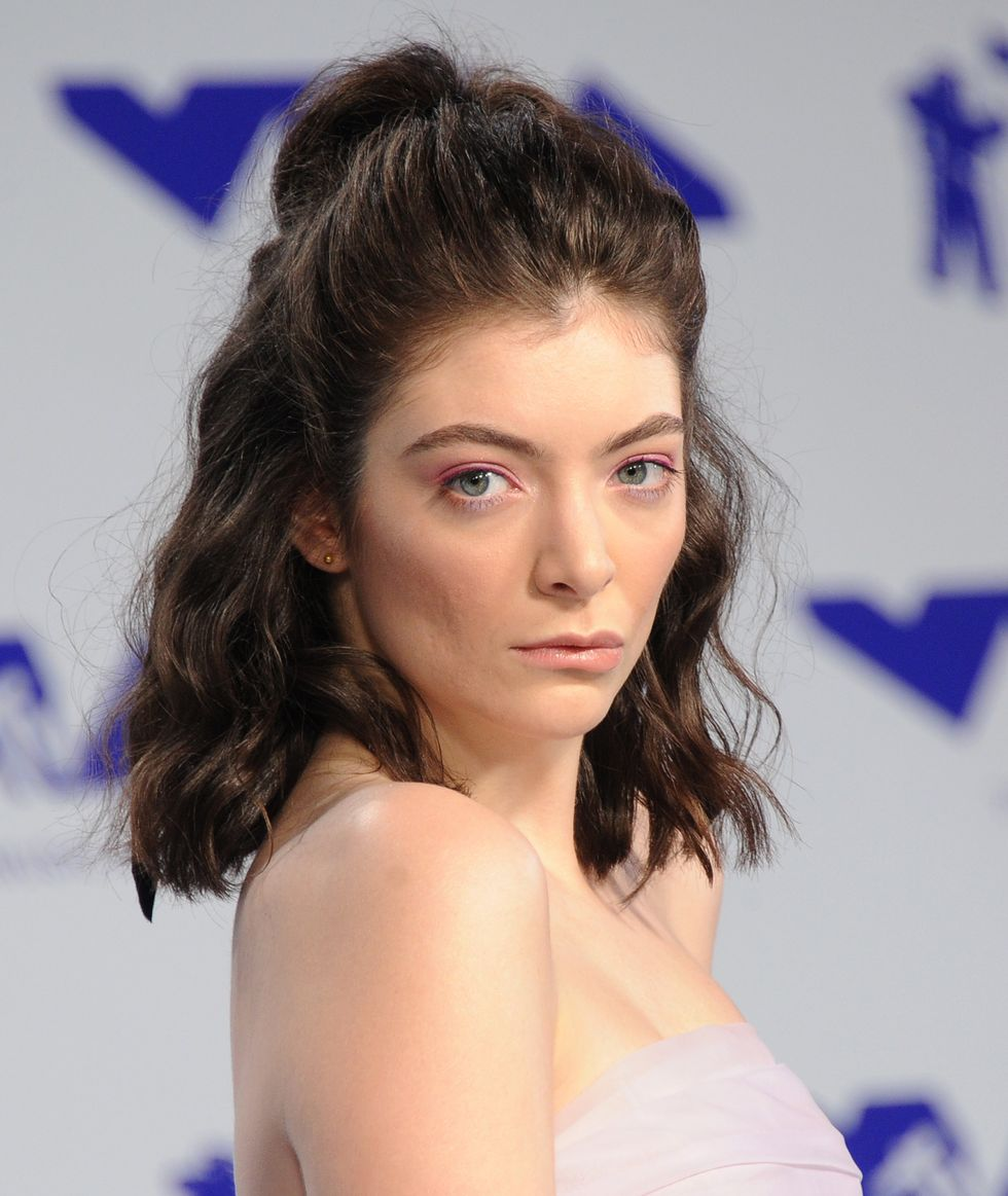 lorde-arrives-at-the-2017-mtv-video-music-awards-at-the-news-photo-1583853936